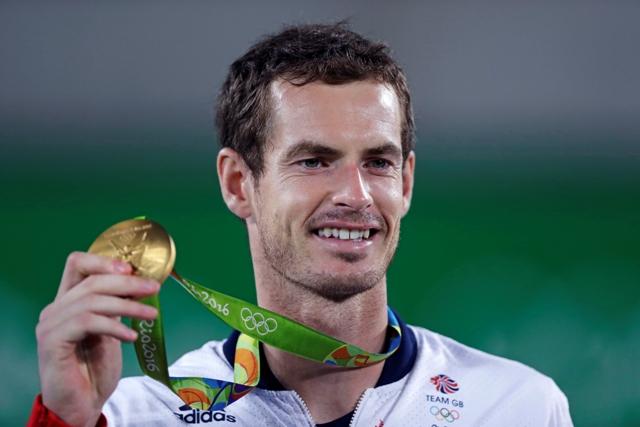 Britský tenista Andy Murray pózuje so zlatou olympijskou medailou po výhre nad Argentínčanom Juanom Martinom del Potrom vo finále mužskej dvojhry na OH v Riu de Janeiro