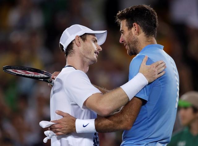 Britský tenista Andy Murray (vľavo) a Argentínčan Juan Martin del Potrom si podávajú ruky po finále mužskej dvojhry na OH v Riu de Janeiro