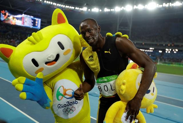 Jamajčan Usain Bolt pózuje s maskotom po tom, čo ovládol finále behu na 100 m na OH 2016 v Rio de Janeiro