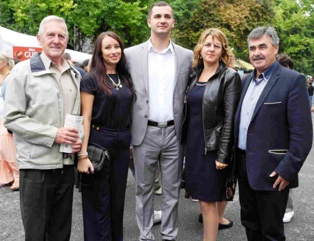 Na snímke: Nitrianski mestskí poslanci (zľava) Anton Kretter, Dominika Tekeliová, predseda Obce Báčsky Petrovec Srdan Simič s manželkou a Pavel Varga