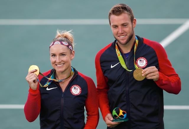 Americkí tenisti Bethanie Matteková-Sandsová (vľavo) a Jack Sock pózujú  so zlatou medailou, ktorú získali po výhre proti krajanom Venus Williamsová, Rajeev Ram vo finále mixu na OH v Riu de Janeiro