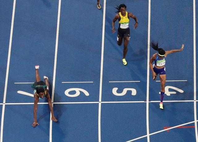 """Bahamská šprintérka Shaunae Millerová (vľavo) ovládla ženskú štvorstovku na olympijských hrách v Riu de Janeiro 15. augusta 2016. V dramatickom finiši triumfovala vďaka cieľovej """"rybičke"""" o sedem stotín pred Američankou Allyson Felixovou (vpravo). Po bronz si dobehla Jamajčanka Shericka Jacksonová (uprostred)"""