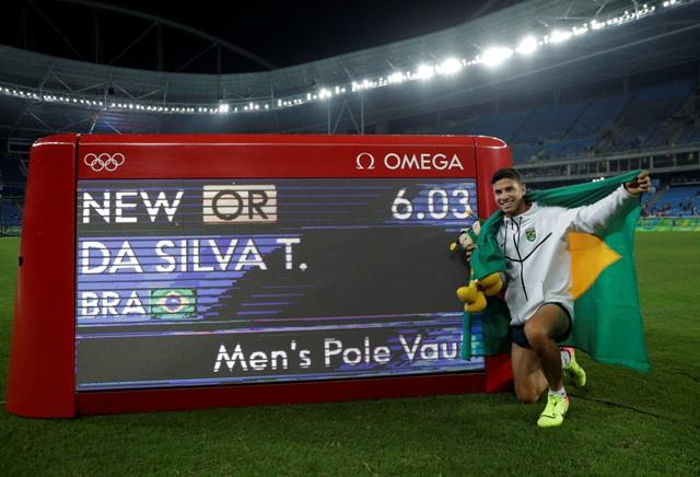 Brazílsky atlét Thiago Braz da Silva ovládol zásluhou olympijského rekordu 6,03 metra finále skoku o žrdi mužov na OH 2016 v Riu de Janeiro