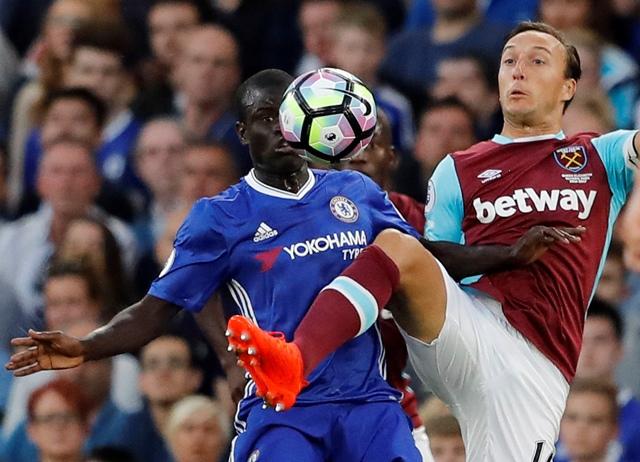 Na snímke vľavo hráč Chelsea N'Golo Kante a hráč West Hamu Mark Noble v dohrávanom zápase 1. kola anglickej futbalovej Premier League Chelsea Londýn - West Ham United