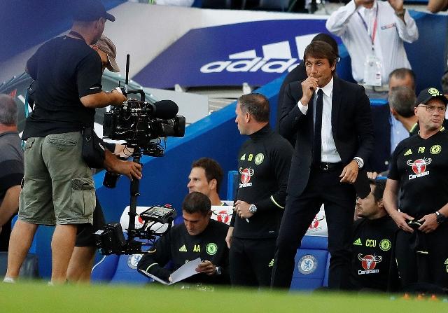 Na snímke vpravo tréner Chelsea Antonio Conte pred zápasom 1. kola anglickej futbalovej Premier League Chelsea Londýn - West Ham United