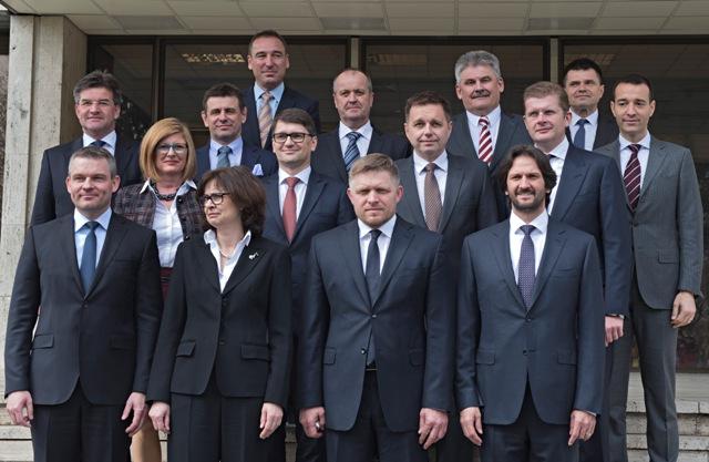 Na snímke spoločná fotografia ministrov tretej vlády Roberta Fica