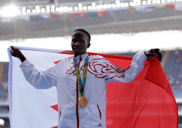 Na snímke Bahrajnčanka kenského pôvodu Ruth Jebetová pózuje so zlatou medailou v behu na 3000 m prekážok na OH v brazílskom Riu de Janeiro