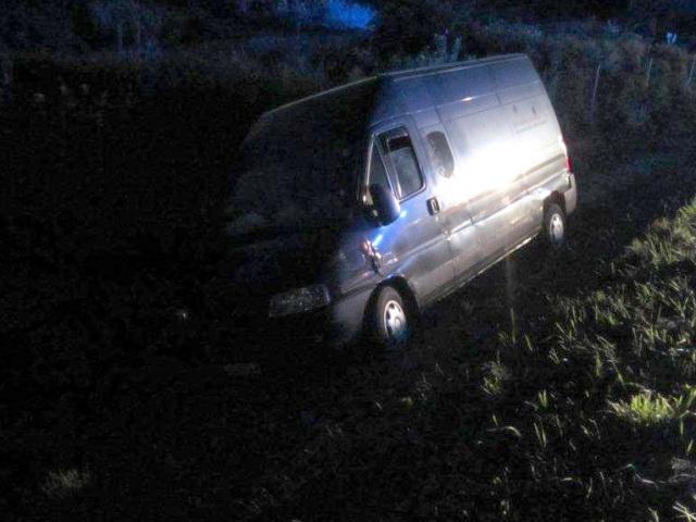 Dodávkové vozidlo Peugeot Boxer s evidenčnou značkou okresu Hlohovec skončilo v priekope po tom, ako jeho 69-ročný vodič upadol do bezvedomia