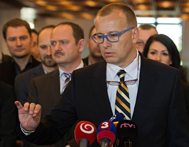 Ma snímke vpravo šéf hnutia Sme rodina Boris Kollár