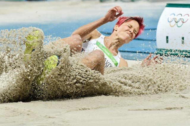 Na snímke slovenská atlétka Jana Velďáková v kvalifikácii v skoku do diaľky na OH v brazílskom Riu de Janeiro