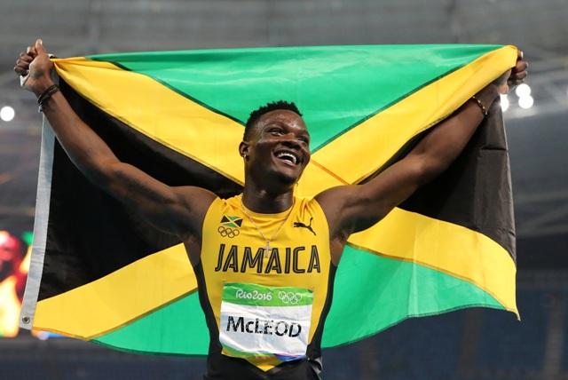 Jamajský bežec Omar McLeod oslavuje po jeho víťazstve finále v behu mužov na 110 metrov cez prekážky na OH v Rio de Janeiro