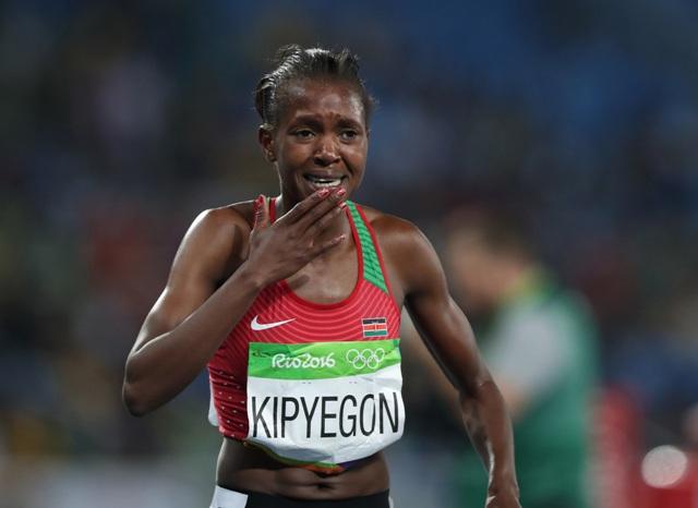 Kenská bežkyňa Faith Chepngetich Kipyegonová víťazí vo finále v behu žien na 1500 metrov na OH v Rio de Janeiro