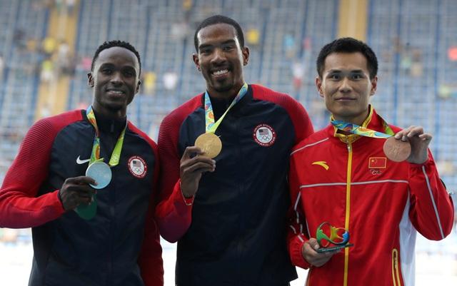 Na snímke uprostred americký atlét Christian Taylor pózuje so zlatou medailou v trojskoku na OH v brazílskom Riu de Janeiro 16. augusta 2016. Striebro získal Američan Will Claye (vľavo), bronz Číňan Pin Tung (vpravo)