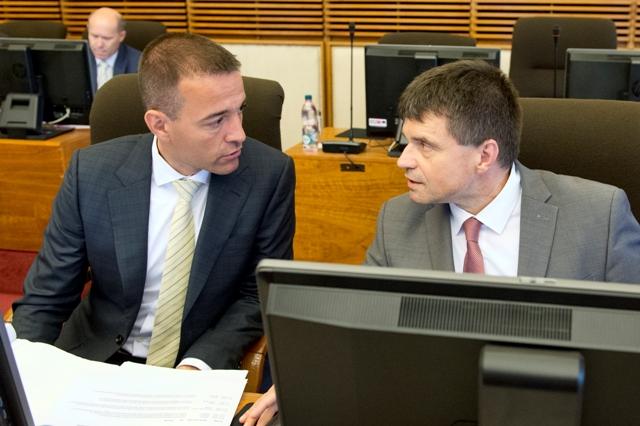 Na snímke vpravo minister školstva, vedy, výskumu a športu SR Peter Plavčan a vľavo minister zdravotníctva SR Tomáš Drucker