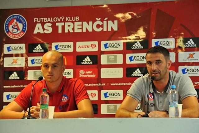 Na snímke vľavo brankár AS Trenčín Adrián Chovan a tréner AS Trenčín Martin Ševela