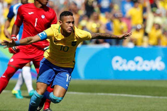 Na snímke barzílsky útočník Neymar oslavuje úvodný gól v semifinále futbalového turnaja mužov Brazília - Honduras na OH v Riu de Janeiro