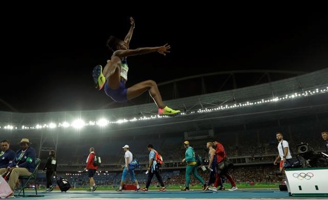 Američanka Tianna Bartolettová počas finále žien v skoku do diaľky na OH v Riu de Janeiro