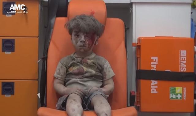 Chlapec, ktorý s veľkým šťastím prežil nálet v Sýrii