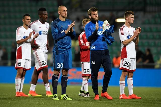 Na snímke futbalisti Trenčína ďakujú fanúšikom po prvom zápase play off Európskej ligy AS Trenčín - Rapid Viedeň (0:4)