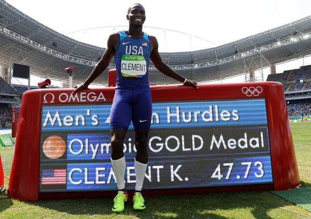 Na snímke americký atlét Kerron Clement oslavuje zlatú medailu v behu na 400 metrov cez prekážky na OH v brazílskom Riu de Janeiro