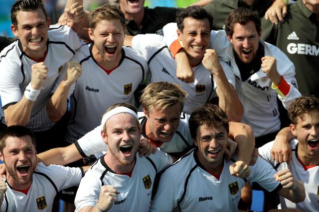 Na snímke pozemní hokejisti Nemecka oslavujú  bronzové medaily po víťazstve nad Holandskom 4:3 v rozstrele na olympijskom turnaji v Riu de Janeiro