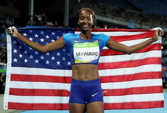 Americká bežkyňa Dalilah Muhammadová oslavuje v cieli víťasztvo vo finále v behu žien na 400 metrov cez prekážky na OH v Rio de Janeiro