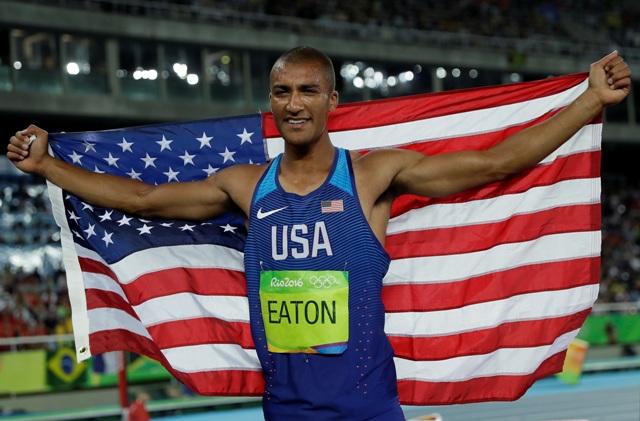 Americký atlét Ashton Eaton oslavuje víťazstvo v desaťboji mužov na OH v Rio de Janeiro