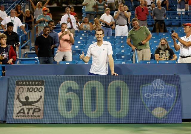 Britský tenista Andy Murray pózuje fotografom po tom, čo dosiahol svoje jubilejné 600. víťazstvo v kariére proti Juhoafričanovi Kevinovi Andersenovi v osemfinále mužskej dvojhry na turnaji ATP v Cincinnati