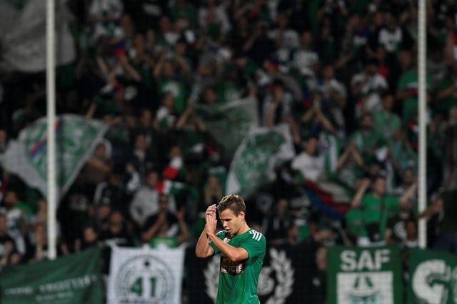 Na snímke strelec troch gólov Rapidu Viedeň Louis Schaub odchádza striedaný v 85. minúte v prvom zápase play off Európskej ligy AS Trenčín - Rapid Viedeň