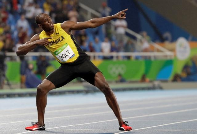 Jamajský bežec Usain Bolt oslavuje v cieli víťazstvo vo finále v behu mužov na 200 metrov na OH v Rio de Janeiro