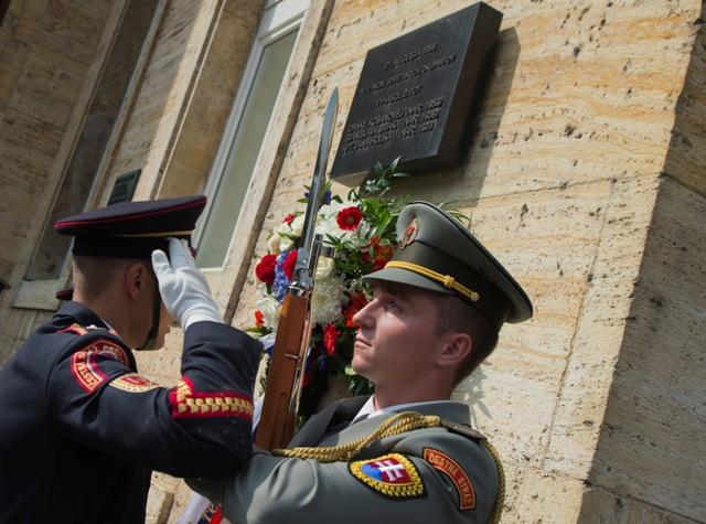 Konfederácia politických väzňov Slovenska si uctila  pietnou spomienkou obete 21. augusta 1968  pred Univerzitou Komenského na Šafárikovom námestí v Bratislave