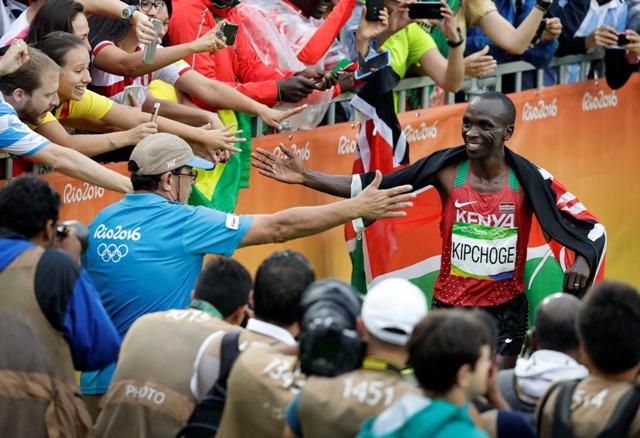 Keňský bežec Eliud Kipchoge oslavuje v cieli zisk zlatej medaily v maratóne na OH v Riu de Janeiro