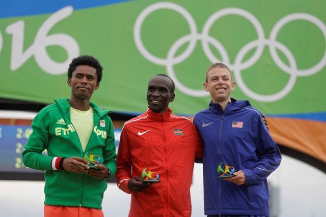 Keňský bežec Eliud Kipchoge (uprostred) ziskal zlatú medailu v maratóne na OH v Riu de Janeiro 21. augusta 2016. Strieborný skončil Etiópčan Feyisa Lilesa (vľavo) a bronzový Galen Rupp z USA
