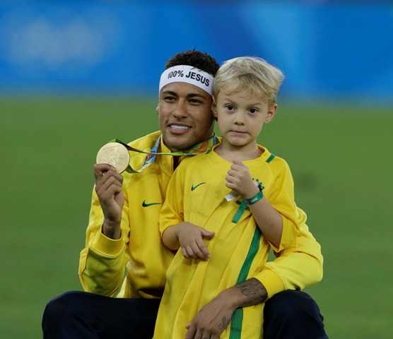 Brazílsky futbalista Neymar pózuje so svojím synom Daviom Luccom po zisku olympijskej zlatej medaily na OH v Riu de Janeiro