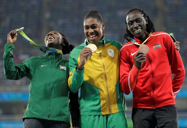Atlétka z Juhoafrickej republiky Caster Semenyaová (uprostred) pózuje so zlatou medailu, ktorú získala v behu na 800 m na OH v Riu de Janeiro 20. augusta 2016. Druhá skončila Francine Niyonsabová (vľavo) z Burundi a tretia finišovala Keňanka Margaret Nyairera Wambuiová (vpravo)