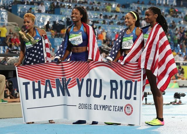 Ženská štafeta USA v zložení Courtney Okolová, Natasha Hastingsová, Phyllis Francisová a Allyson Felixová získala zlatú medailu vo finále behu na 4x400 m na OH 2016 v Riu de Janeiro