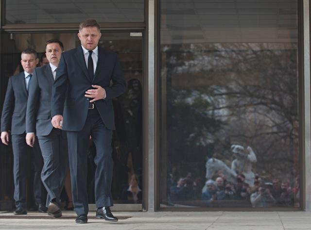 Na snímke zľava podpredseda vlády pre investície Peter Pellegrini, minister financií SR Peter Kažimír a premiér SR Robert Fico