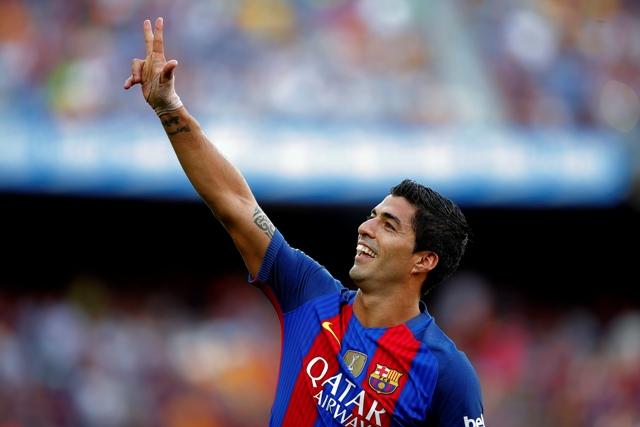 Hráč FC Barcelony Luis Suarez sa raduje po góle proti Betisu Sevilla v 1. kole futbalovej La ligy