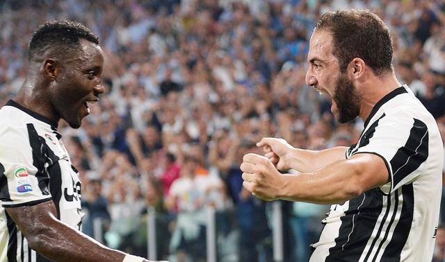 Gonzalo Higuain (vpravo) z Juventusu Turín sa raduje z gólu so spoluhráčom Kwadwom Asamoahom v zápase 1. kola talianskej Serie A proti Fiorentine
