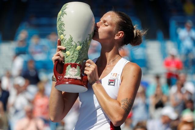 Česká tenistka Karolína Plíšková bozkáva pohár po víťazstve nad Nemkou Angelique Kerberovou vo finále ženskej dvojhry na turnaji WTA v Cincinnati