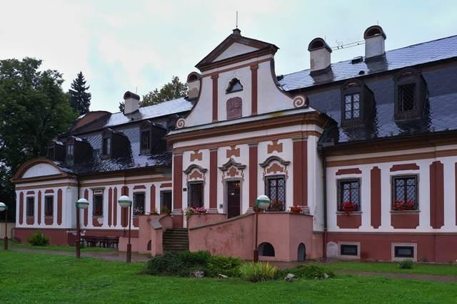 Na snímke národná kultúrna pamiatka barokový kaštieľ postavený v roku 1756 v Batizovciach 22. augusta 2016. V kaštieli sídli Domov sociálnych služieb
