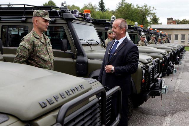 Na snímke minister obrany Peter Gajdoš (vpravo), ktorý odovzdal novú bojovú techniku v počte 30 automobilov Land Rover do užívania vojakom v areáli Práporu ISTAR v Prešove