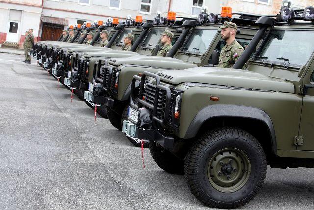 Na snímke nové automobily Land Rover, ktoré minister obrany Peter Gajdoš odovzdal  do užívania vojakom v areáli Práporu ISTAR v Prešove