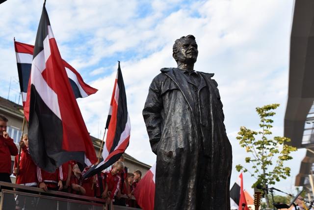 Na snímke socha bývalého trnavského futbalistu a trénera Antona Malatinského po jej slávnostnom odhalení v Trnave