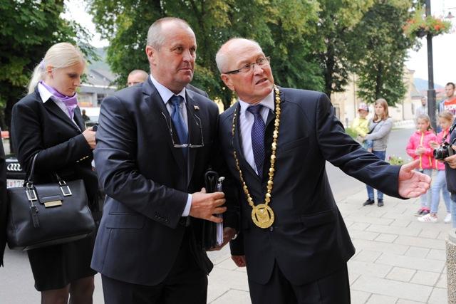 Snímka z výjazdového rokovania vlády SR v meste Sabinov 22. augusta 2016. Na snímke vľavo minister obrany SR Peter Gajdoš  a vpravo primátor mesta Sabinov Peter Molčan