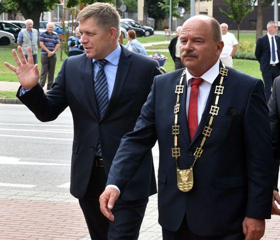 Výjazdové rokovanie vlády SR v meste Sobrance 23. augusta 2016. Na snímke vľavo predseda vlády SR Robert Fico a vpravo primátor Sobraniec Pavol Džurina