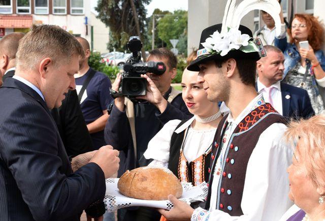 Výjazdové rokovanie vlády SR v meste Sobrance 23. augusta 2016. Na snímke vľavo predsedu vlády SR Roberta Fica vítajú tradične chlebom a soľou pred Mestským kultúrnym strediskom  v Sobranciach