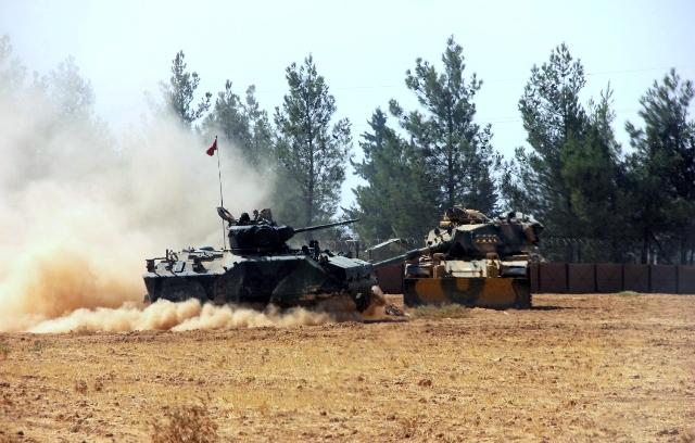 Turecký tank a obrnené vozidlo rozmiestnené pri hranici so Sýriou v tureckom meste Karkamis 23. augusta 2016