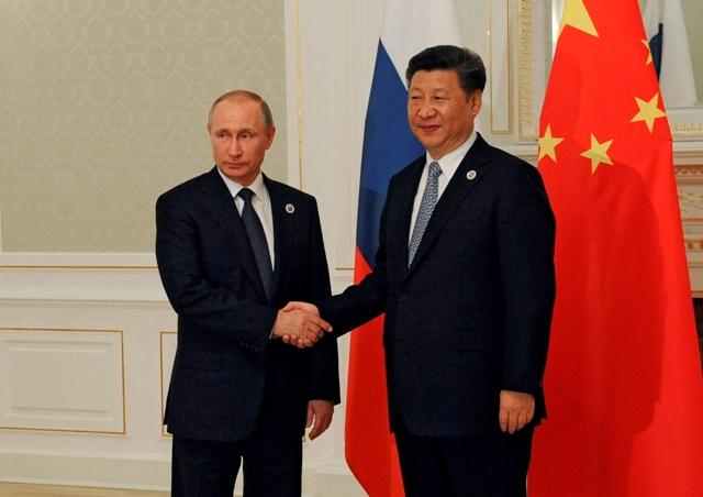 Na snímke zľava ruský prezident Vladimir Putin a čínsky prezident Si Ťin-pching