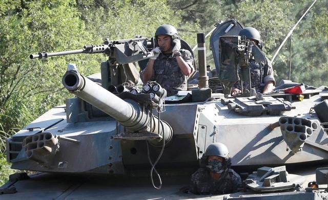 Na snímke juhokórejskí vojaci riadia tank počas každoročného spoločného cvičenia medzi USA a Južnou Kóreou v blízkosti demilitarizovanej zóny na hraniciach medzi Severnou a Južnou Kóreou v juhokórejskom Padžu